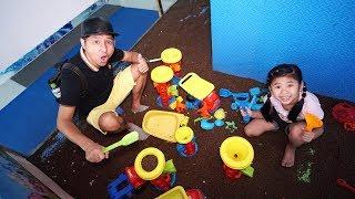 Bé Bún Đi Chơi Ô Tô Chở Cát và Đồ Chơi Máy Say Cát | Be Bun Pretend Play Sand Machine Toys