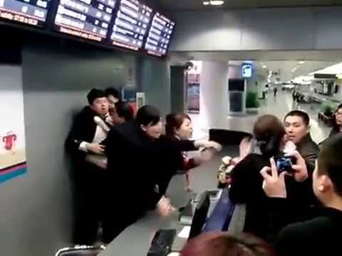 Fight Between China Eastern Staff Member And Aggrieved Travelers At Beijing Airport
