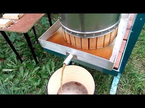 Давим яблочный сок с помощью пресса (We make apple juice with a press)