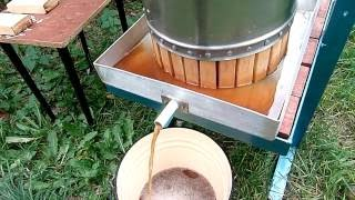 Давим яблочный сок с помощью пресса (We make apple juice with a press)