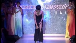 Repeat youtube video Sushmita Sen's OOPS MOMENT while walking on the ramp.