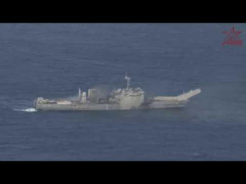 Как тонет десантный корабль США