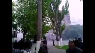 09.05.2014. Мариуполь. Украинский БТР стреляет в мариупольцев(, 2014-05-09T14:37:12.000Z)