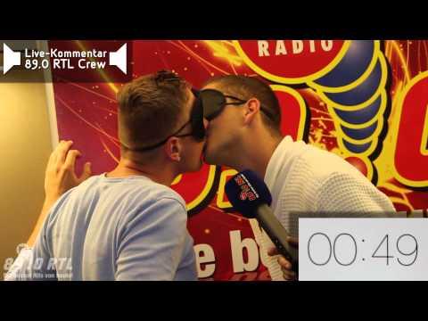 89.0 RTL - Wer macht's für weniger: Die Kuss-Challenge