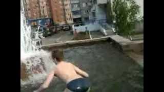 Люди уже купаются,  в фонтане