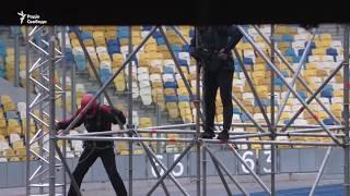 Дебати Порошенка й Зеленського: на НСК «Олімпійський» почали монтувати сцену