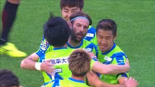 右サイドを抜け出した味方選手の折り返しを石川 俊輝(湘南)が流し込み...