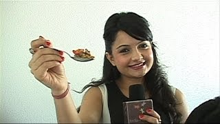 Giaa Manek cooks Mushroom and Vegetable saute!