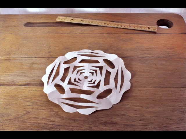 Clin d'oeil aux Contes d'Andersen : Comment fabriquer des flocons en papier découpé.