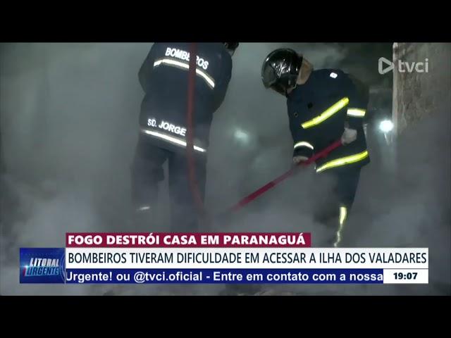 FOGO DESTRÓI CASA EM PARANAGUÁ: BOMBEIROS TIVERAM DIFICULDADE EM ACESSAR A ILHA DOS VALADARES