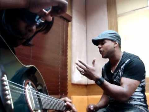 """Joel Santos cantando """"Ayer Pedi"""" a guitarra"""
