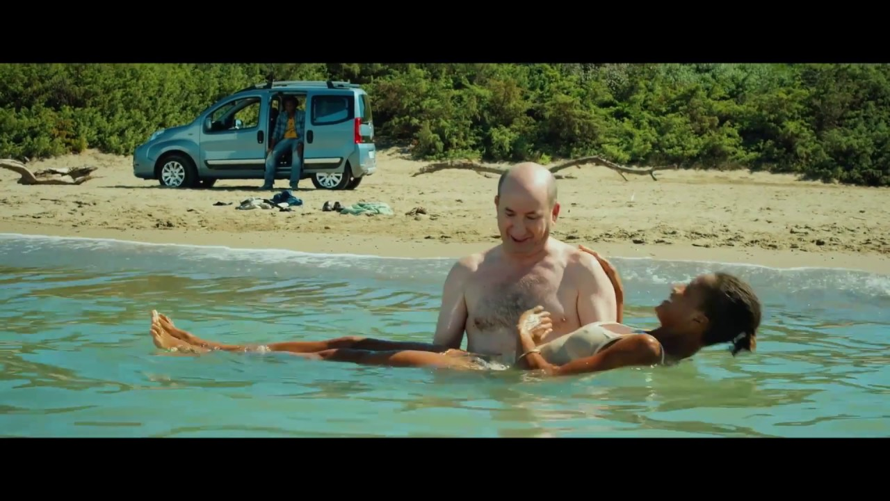 CONTROMANO (2018) di Antonio Albanese - Scena dal film - Scuola di nuoto