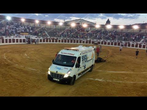 Utilizan una ambulancia para arrastrar a un toro moribundo durante un festejo en Valdepeñas