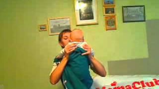 как правильно уложить ребенка в слинг с кольцами(как правильно уложить ребенка в слинг показывают Ирина Водякова и ее сын Сережа (на экране ему 5 месяцев), 2010-08-26T20:24:58.000Z)