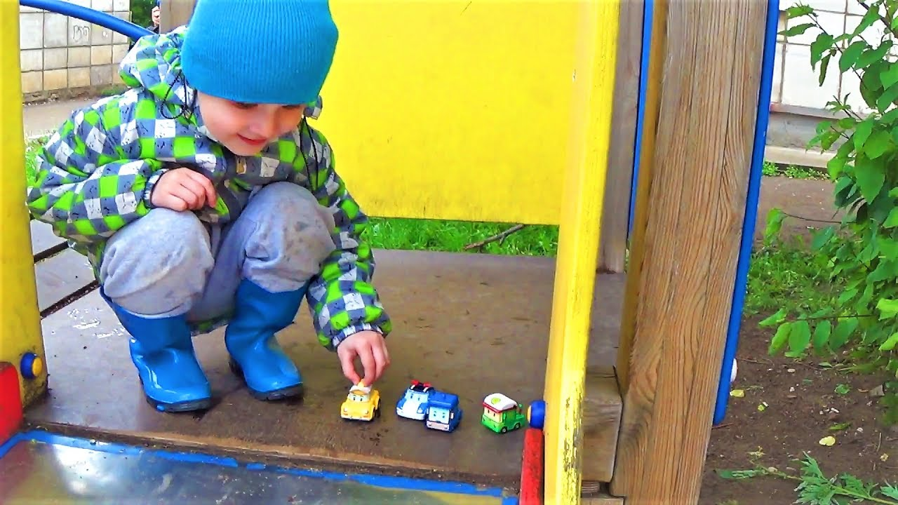 Макс пускает машинки с горки в лужу - развлечения для детей - игрушки для мальчиков
