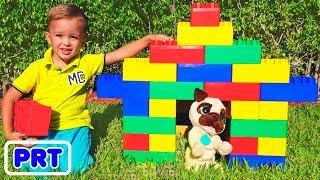 Vlad e Nikita brincam com blocos coloridos