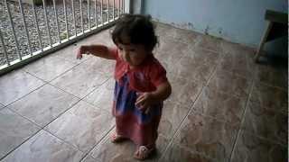 Isabella andando com 9 meses