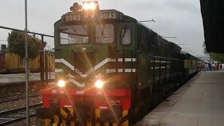 Heavy raining in Faisalabad beautiful rainy weather Geu40 with Karakoram Express 41 up at Platform