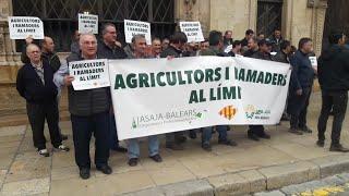 Asaja Baleares, Unió  de Pagesos de Mallorca y UIA-UPA protestan por el cierre del matadero.