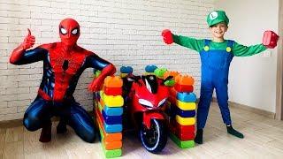 Марк построил гараж для Мини Байка из разноцветных игрушечных блоков.