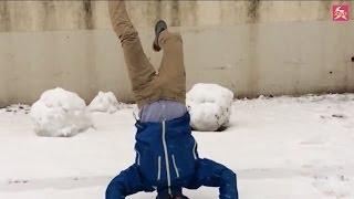 危険、雪に頭から突き刺さる人間