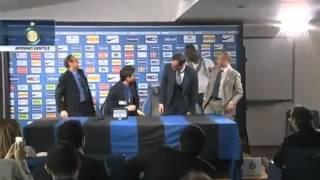 Video Mario Balotelli Gatecrashes Inter Press Conference to say Hello download MP3, 3GP, MP4, WEBM, AVI, FLV Juli 2018