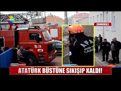 Atatürk Büstüne Sıkışıp Kaldı!