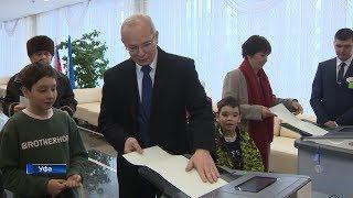 Премьер-министр Правительства республики пришел на избирательный участок вместе с внуками