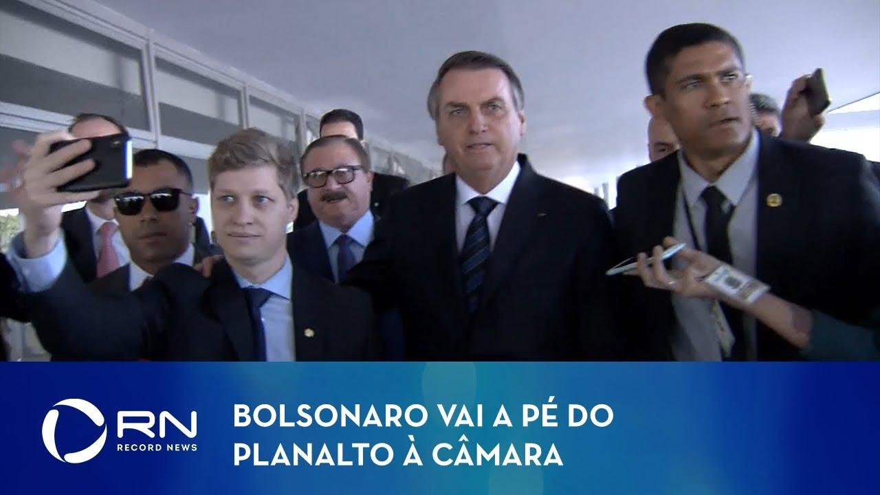 Bolsonaro vai a pé do Planalto à Câmara em visita surpresa