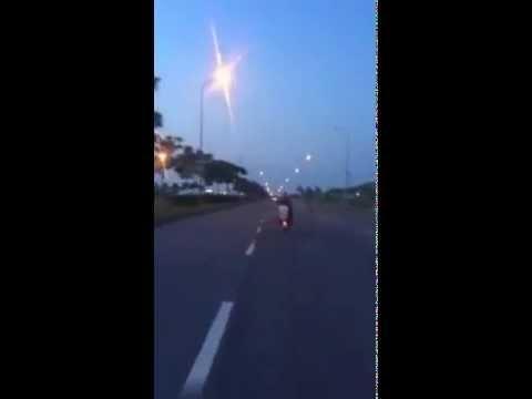 Bốc đầu + đánh lửa bằng bô xe....