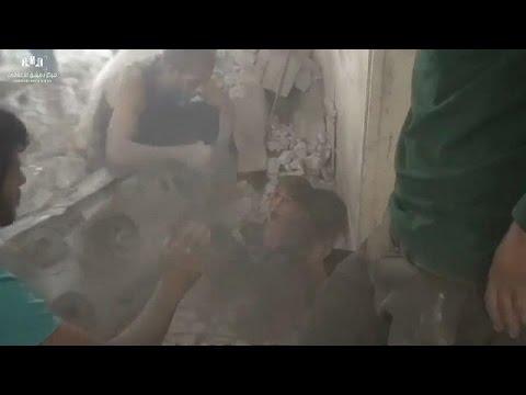 شاهد: انقاذ طفلين من تحت الأنقاض إثر غارة جوية في ضاحية عين ترما في دمشق  - نشر قبل 16 دقيقة