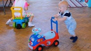 Малыш ИГРАЕТ В ДОГОНЯЛКИ НА МАШИНКАХ Эльвира и братик Райан в детской групе