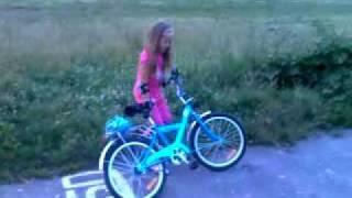 Легко ли научится Насте кататься на велосипеде.(Это видео загружено с телефона Android., 2011-04-10T19:06:17.000Z)
