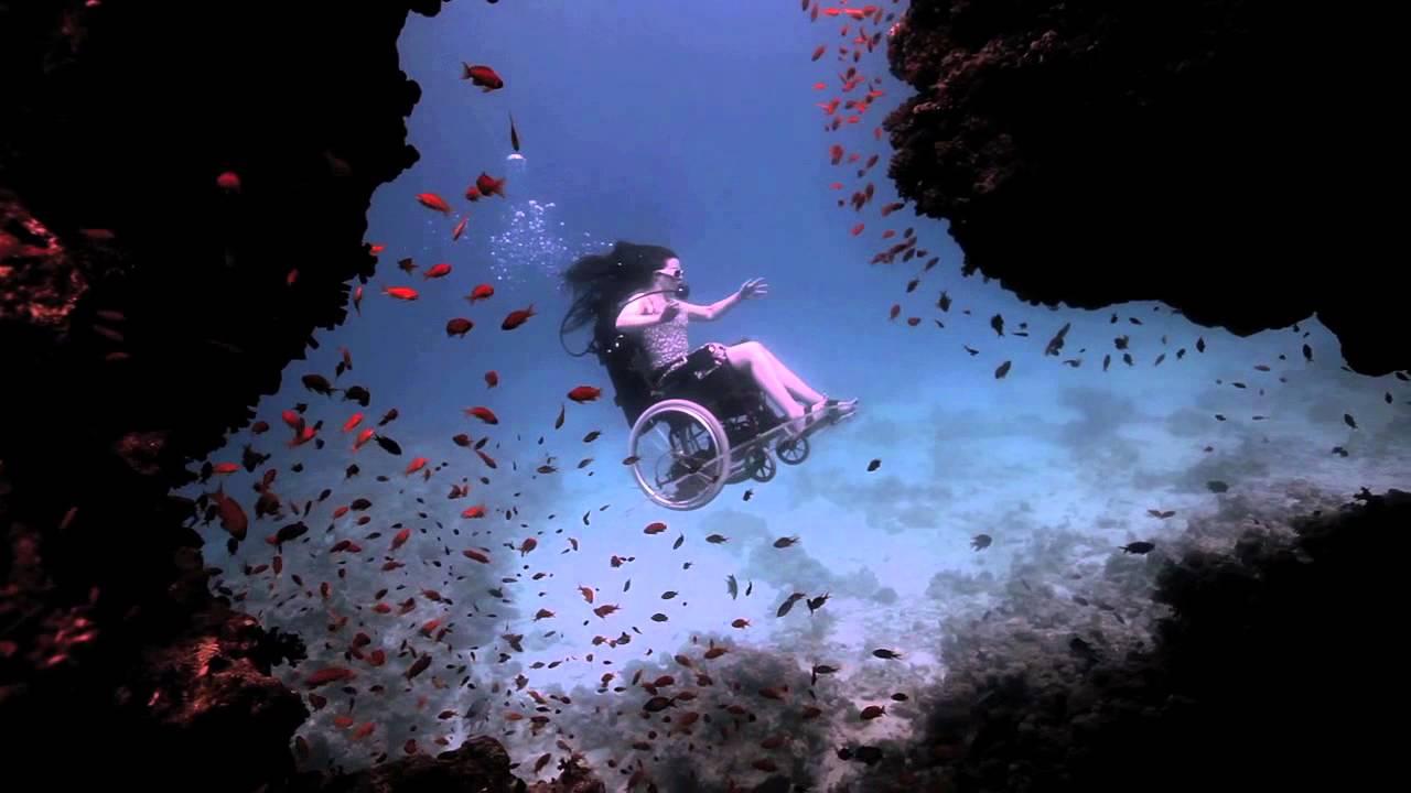Resultado de imagen para chica buceando en silla de ruedas gif