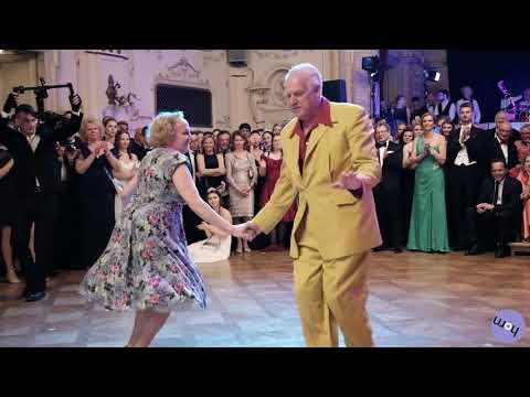 Пожилая пара отжигает на танцполе