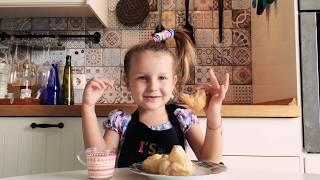 Готовим круассаны с розовым шоколадом. Дети готовят сами без родителей.
