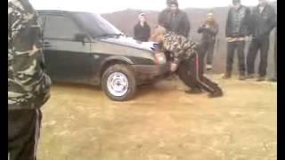 Сильный,это вот как!Чеченец легко поднимает машины