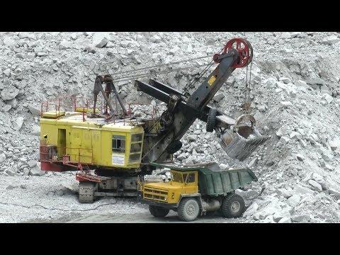 В горном карьере БелАЗ-7522 экскаватор ЭКГ-5А
