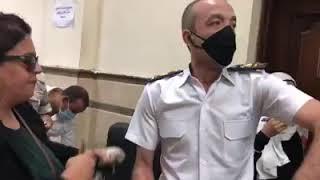 فيديو.. مستشارة تعتدي على ضابط شرطة في محكمة مصر الجديدة وتنزع كتافاته