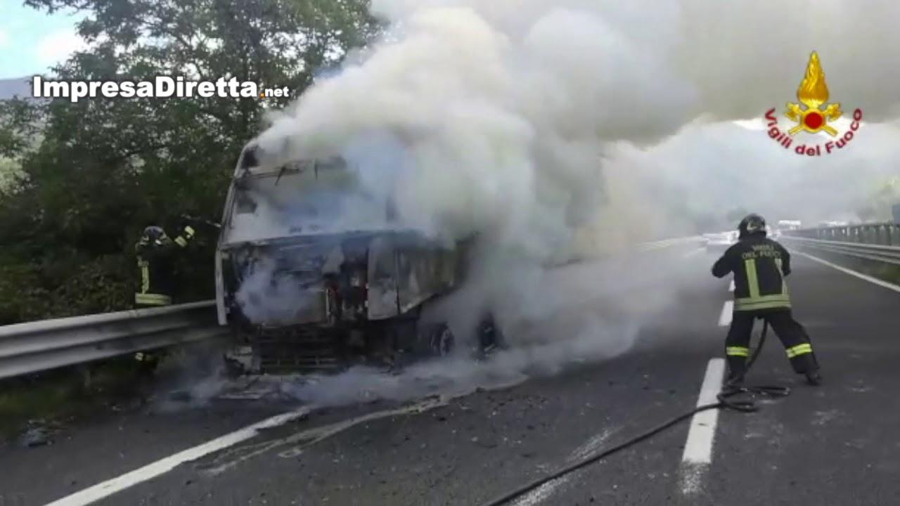 Mugnano del Cardinale (AV) - A fuoco autoarticolato che trasporta ecoballe.