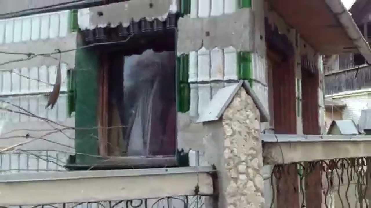 Casă învelită cu sticle la Vatra (înspre Cojușna)