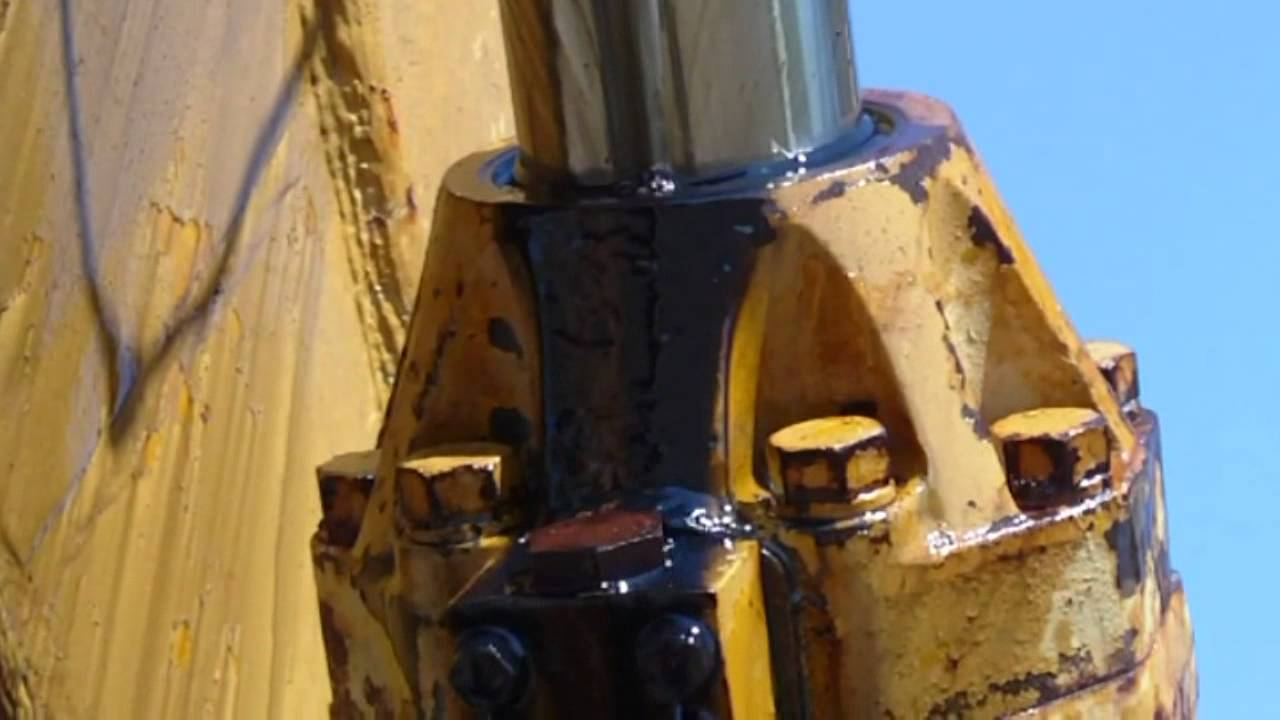 Heavy Equipment Oil Leaks : Excavator springs a leak on hydraulic cylinder youtube