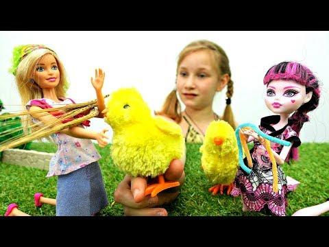 Мультик БАРБИ и ДРАКУЛАУРА #МонстерХай в ДЕРЕВНЕ! 🌾 Кормим цыплят 🐥 Видео для Детей #куклы