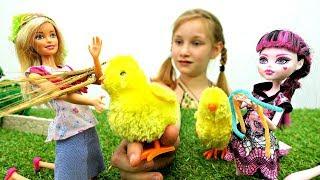 Барби и Дракулаура Монстер Хай в деревне. Видео для Детей