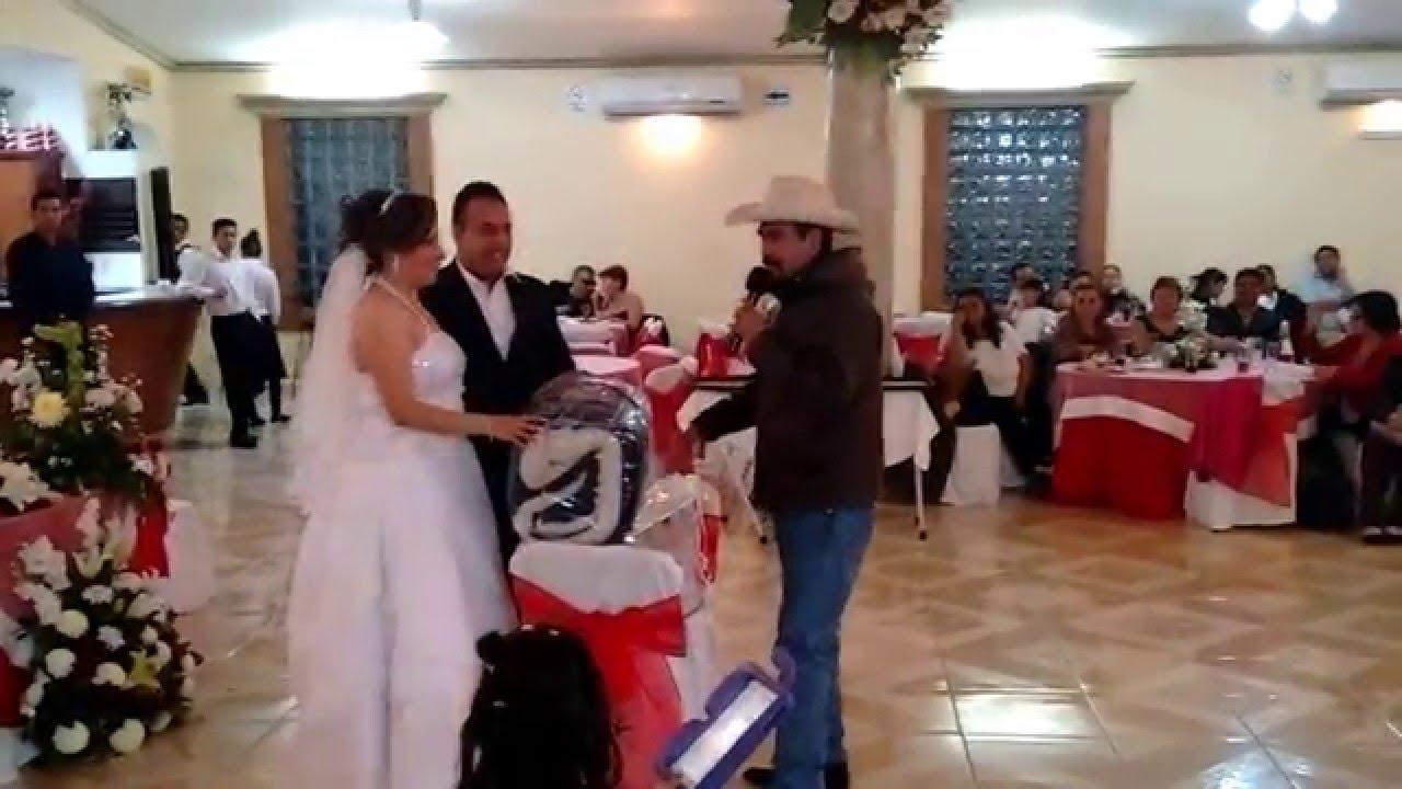 Santiago soto y sus tejones band en boda abriendo regalo for Regalos para hermanos en boda