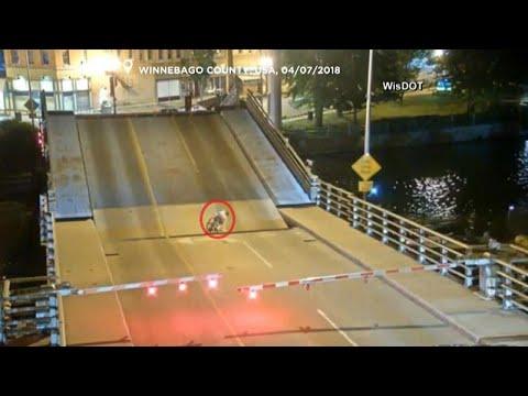 شاهد: درًاجة تسقط بين طرفي جسر أثناء فتحه لعبور السفن  - نشر قبل 3 ساعة