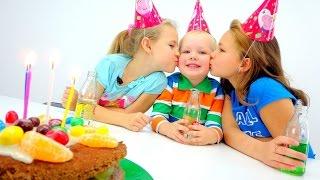 видео Как приготовить торт на Новый год вместе с детьми — лучшие рецепты