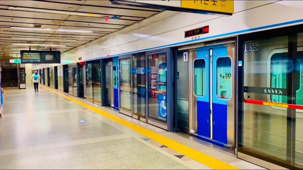 서울지하철 4호선 이촌역의 전동차들 / Seoul Line4. Ichon station