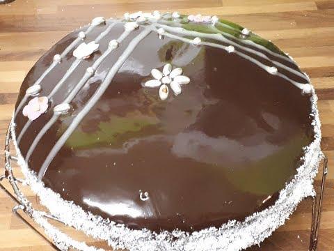 gâteau-au-chocolat-noir-et-blanc-avec-un-glaçage-miroir