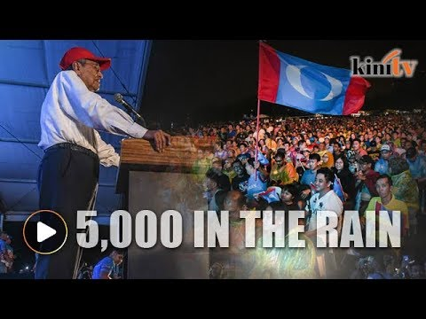 Rain doesn't stop 5,000 people from seeing Mahathir in Gombak